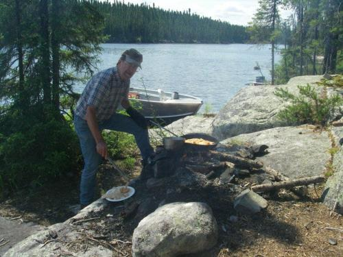 Doctor Jim fixn Walleye shorelunch-min